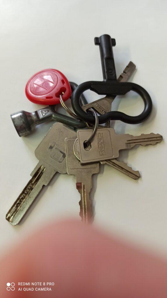 Нашел ключи от квартиры, чип домофона и прочее